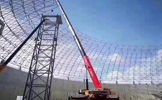 在深圳南山區,搭載濰柴國六動力的起重機助力防塵網工程建設